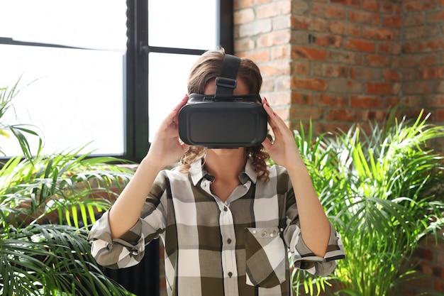 Vrouw met vr-headset