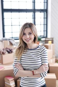 Vrouw met vrachtpakketten klaar voor verzending of verplaatsen