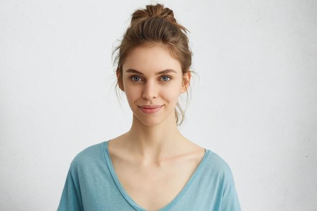 Vrouw met vrolijke uitdrukking tijdens het poseren