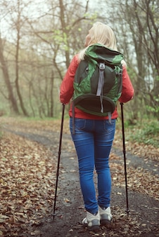 Vrouw met wandelstok in het bos