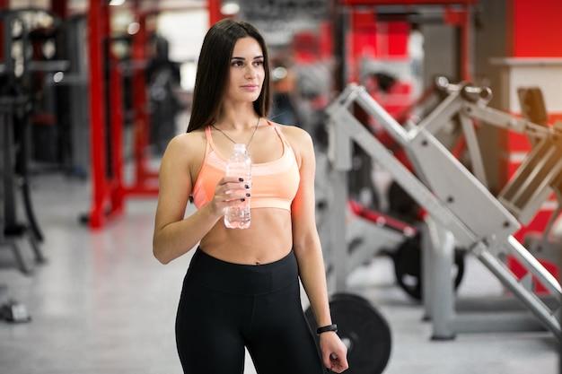 Vrouw met water bij gymnastiek