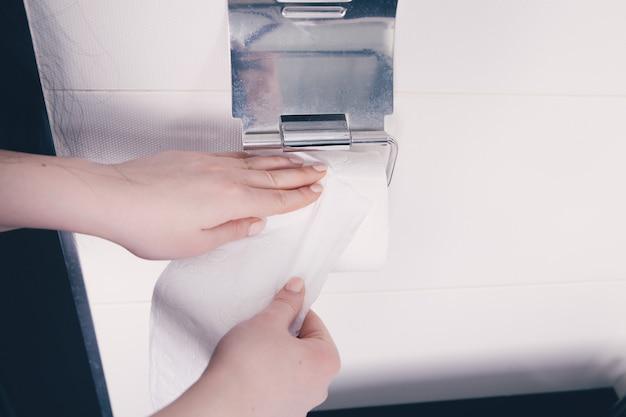 Vrouw met wc-papier in haar handen