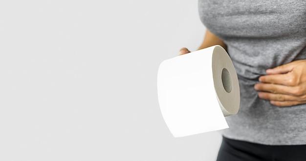 Vrouw met wc-papierrol