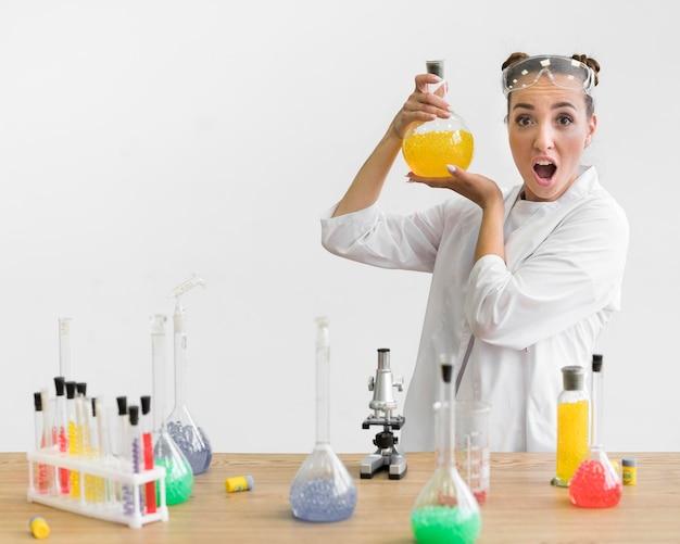 Vrouw met wetenschap buis