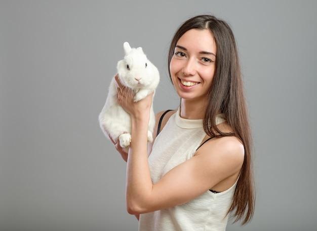 Vrouw met wit konijn