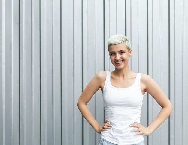 Vrouw met wit mouwloos onderhemd