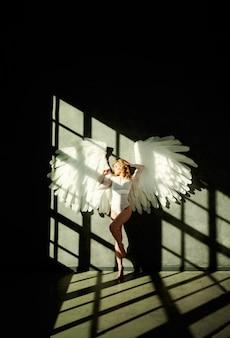 Vrouw met witte vleugels op donker