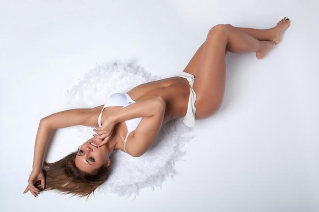 Vrouw met witte vleugels op een witte achtergrond