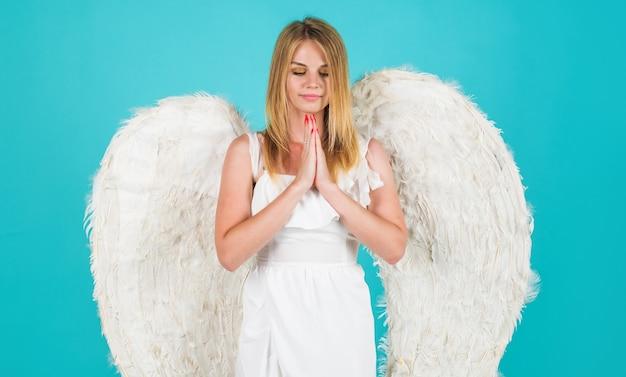 Vrouw met witte vleugels. valentines engel bidden. valentijn cupido. 14 februari.