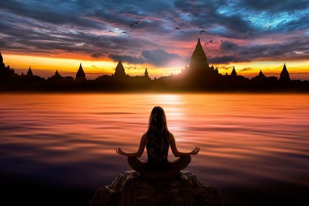 Vrouw met yoga meditatie pose