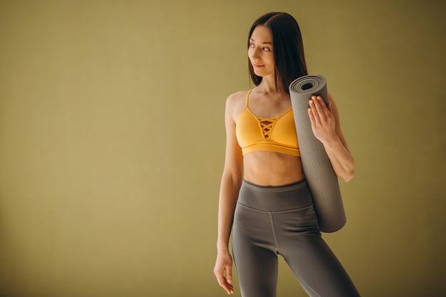 Vrouw met yogamat beoefenen van yoga