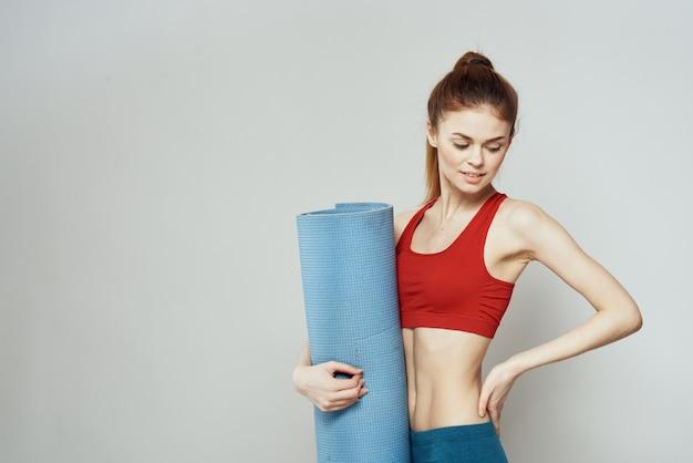 Vrouw met yogamat sport, quarantaine sport