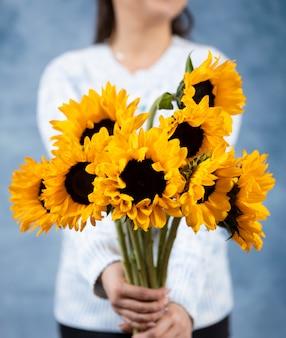 Vrouw met zonnebloemen
