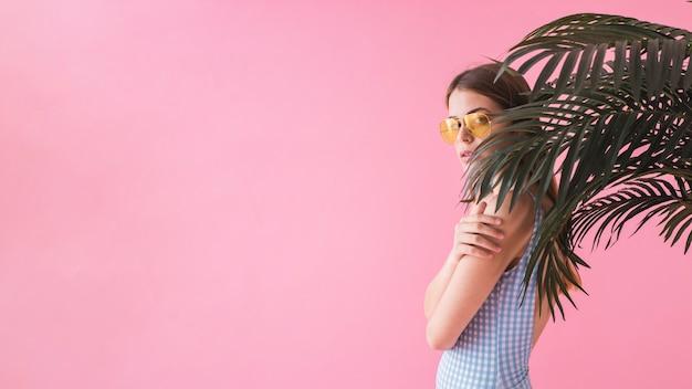 Vrouw met zonnebril voor palm