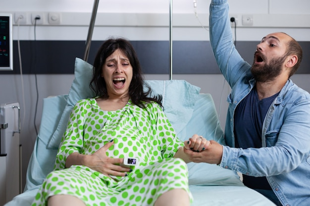 Vrouw met zwangerschap met pijnlijke weeën