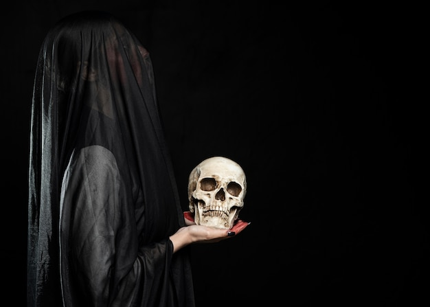 Vrouw met zwarte sluier en kopie ruimte