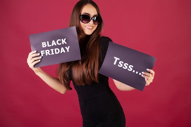 Vrouw met zwarte vrijdag inscriptie