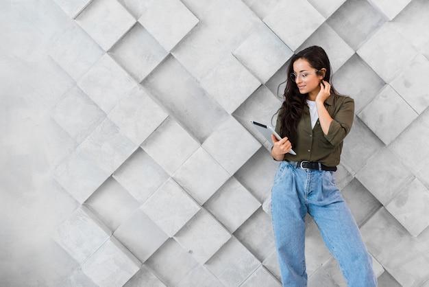Vrouw mobiel controleren