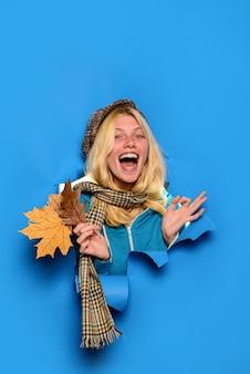 Vrouw mode korting seizoen verkoop vrouw met herfstbladeren lachend meisje in pet met herfstbladeren