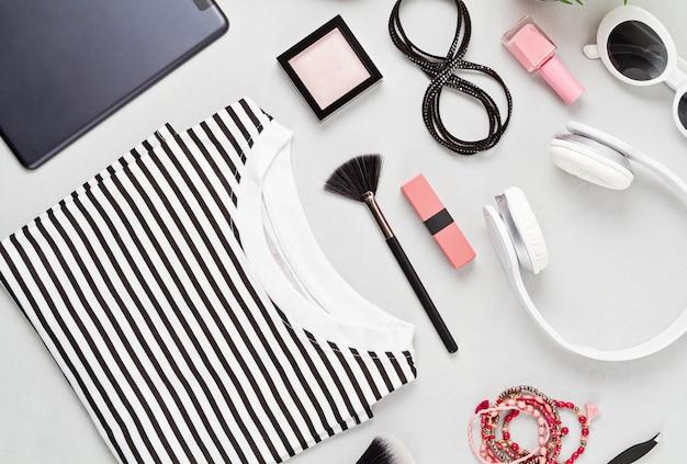 Vrouw mode-outfit en accessoires, handtas, blocnote, make-up en oortelefoons in zwart-witte kleuren. concept van schoonheid, stedelijke outfit en modetrends. plat lag, bovenaanzicht