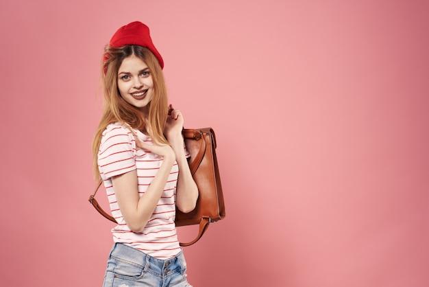 Vrouw mode vrouw levensstijl studio rugzak plezier blauw roze achtergrond