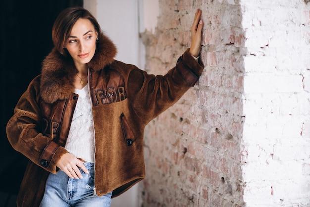 Vrouw model demonstrerende winter doeken