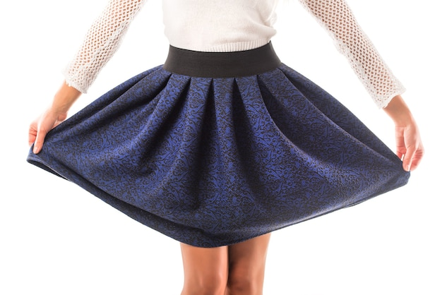 Vrouw model houdt in haar handen haar mooie geruite rok poseren. concept van casual dameskleding. advertentie ruimte