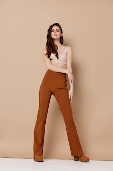 Vrouw model in broek en beha laarzen mode-stijl