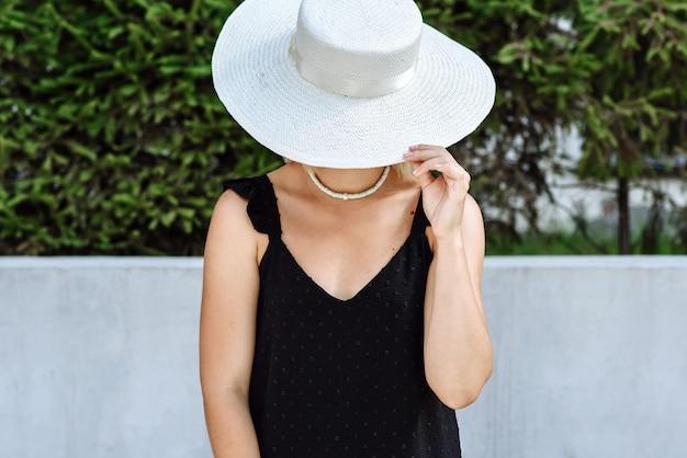 Vrouw model in hoed poseren catalogus