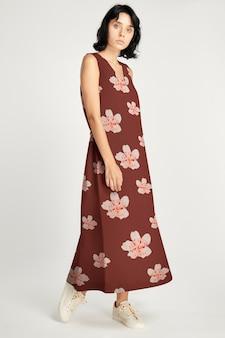 Vrouw model poseren in bloemen lange jurk kleding