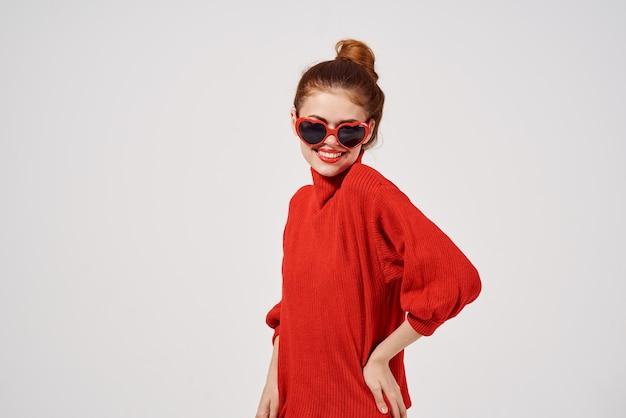 Vrouw moderne stijl zonnebril lichte achtergrond. hoge kwaliteit foto