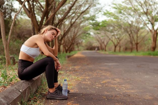 Vrouw moe na het hardlopen. bali