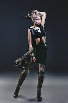 Vrouw mooi model met body art op het eerste gezicht van ongebruikelijke en modieuze kleding
