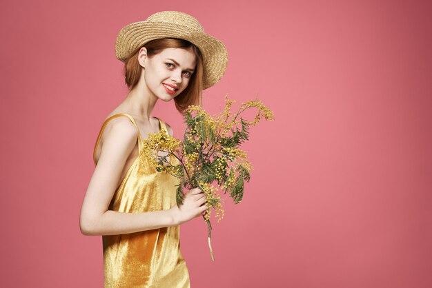 Vrouw mooie vrouw boeket mimosa vakantie cadeau roze achtergrond