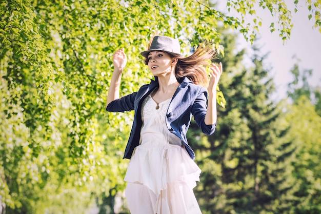 Vrouw mooie zonneschijn, blij en glimlachend genietend van de warmte en schoonheid van