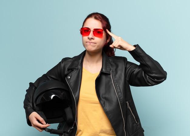 Vrouw motorrijder met een veiligheidshelm