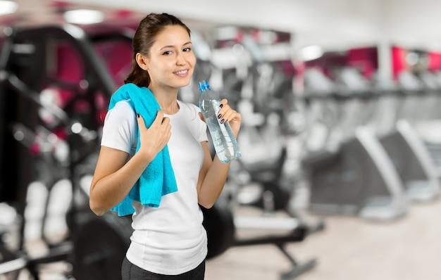 Vrouw na gymnastiektraining die zich met handdoek bevinden
