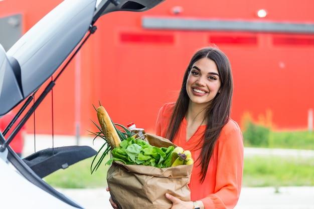 Vrouw na het winkelen in een winkelcentrum of winkelcentrum en naar huis rijden