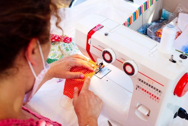 Vrouw naaien gezichtsmaskers bij haar thuis