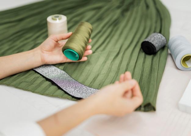 Vrouw naaien handmatige rok