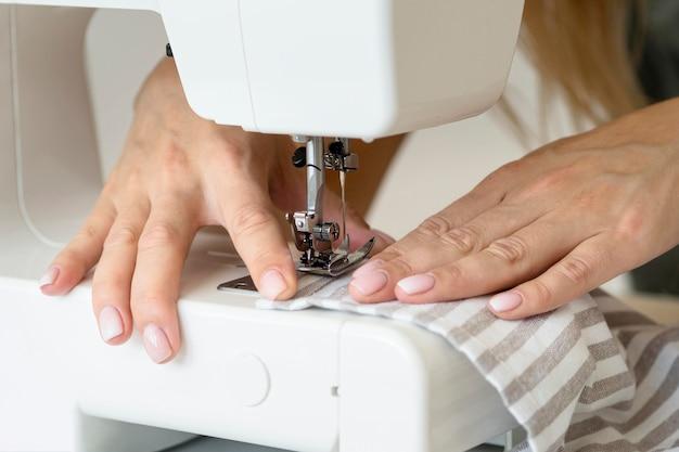 Vrouw naaien textiel met machine