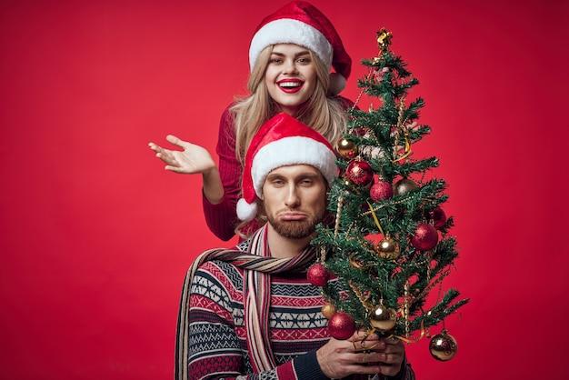 Vrouw naast man familieportret kerstboom decoratie vakantie