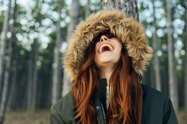 Vrouw natuur reizen avontuur leuke levensstijl in het bos.