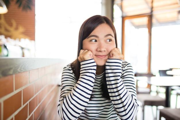 Vrouw neemt een pauze bij coffeeshop
