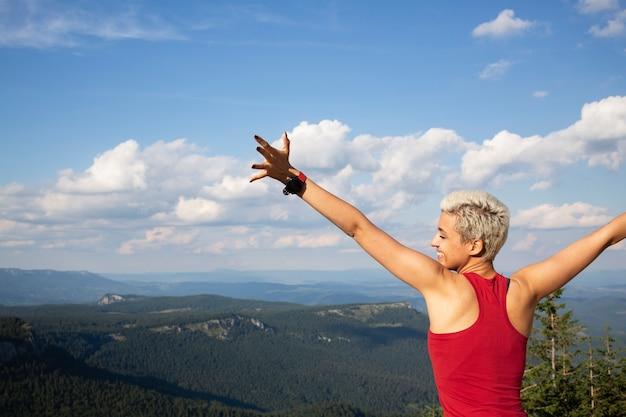 Vrouw neemt een pauze van hardlopen