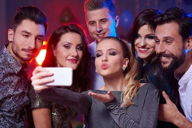 Vrouw neemt een selfie met alle bemanningsleden