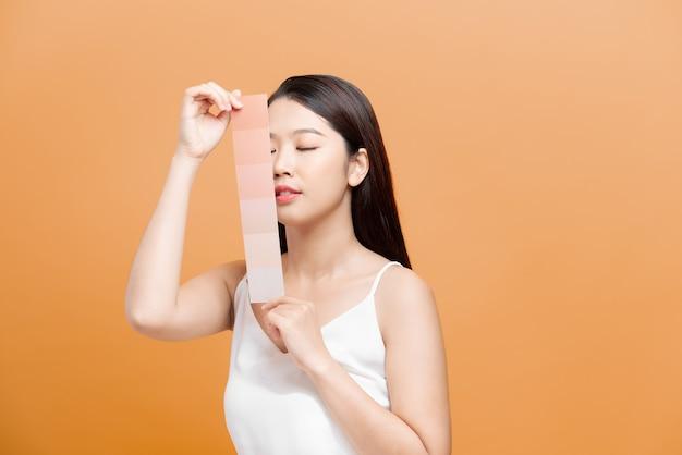 Vrouw neemt huidskleurschaal op de blauwe achtergrond