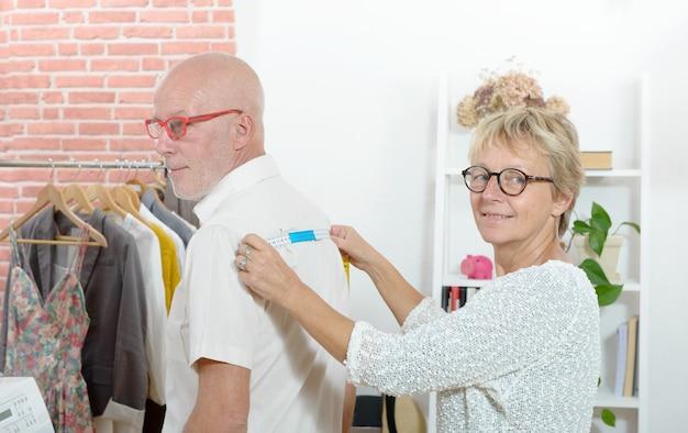 Vrouw neemt maatregelen op de client met meetlint