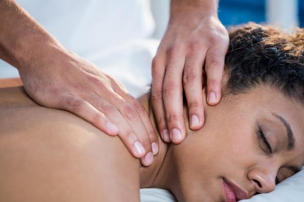 Vrouw nek massage ontvangen van fysiotherapeut