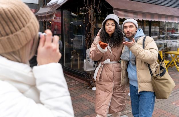 Vrouw nemen foto met camera close-up